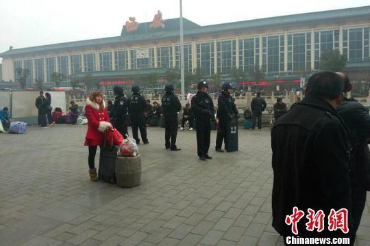 图为特警在西安火车站广场执勤。 田进 摄