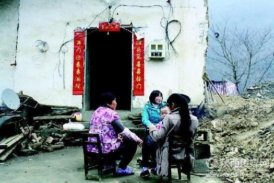 春节过后,男人们都出去打工了,白河县仓上镇仓坪村的留守妇女在一起深情眺望。 记者 秦峰摄