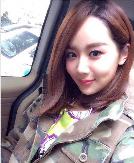 杨紫驱车游玩秀自拍 长发浓妆妩媚显女人味