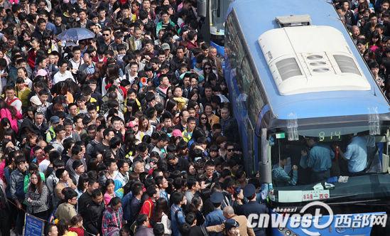 西安火车站广场等待乘车前往兵马俑的游客。魏永贤 摄