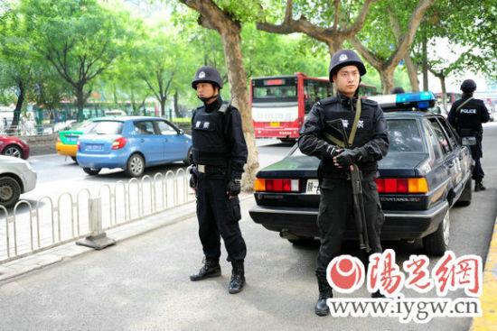 西安小寨街头,民警持枪巡逻。(梁萌摄)