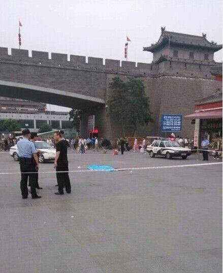 西安火车站广场发生一起伤人事件。(图片来源于网络)