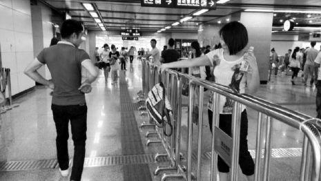 记者体验地铁安检 包里装饮料小寨站没查出来