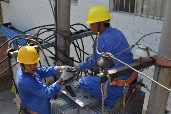 电力工人正在紧张的抢修设备