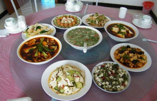 """特色""""野菜宴""""""""苹果宴""""""""五谷杂料宴""""""""白水豆腐宴""""和"""""""
