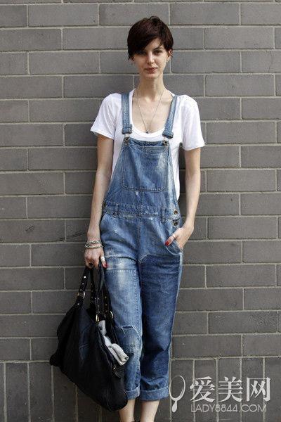 白色t恤+吊带牛仔裤