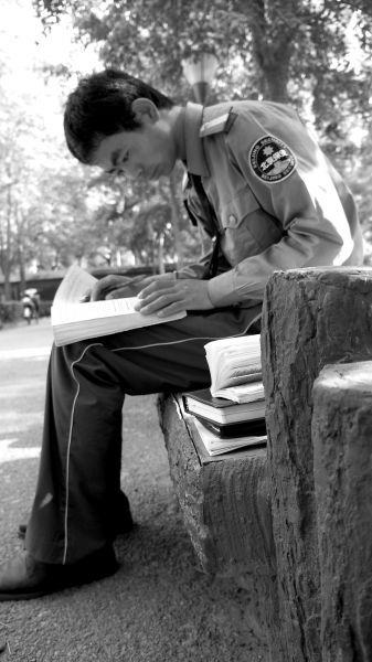 刘生生在北外当保安,利用业余时间学英语。刘生生供图