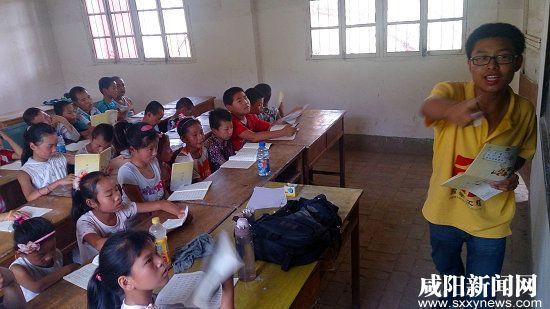 大学生老师正在上课.