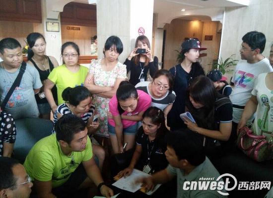 西安中国国际旅行社旅行团领队(左)与泰国捷亚航空就航班延误问题进行协商。