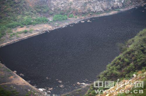 山谷内蓄积的黑色污水。