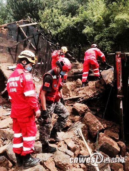 """8月6日,陕西民间救援组织""""陕西曙光救援队""""赶赴灾区展开救援工作。"""
