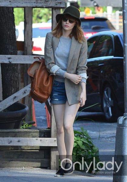 艾玛·斯通棕色西服外套搭配牛仔热裤.-4招最洋气短裤穿搭法则