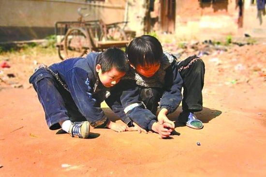 70后说他们那时候随手捡沙子、石子、小木棍都玩的很高兴。(图片来源于网络)