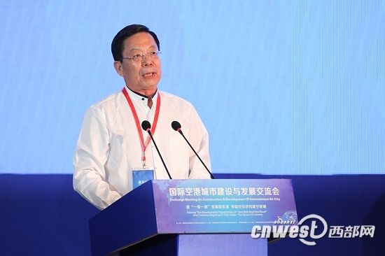 """中国著名经济学家刘迎秋作""""中国经济大转型与空港城市发展""""演讲。"""