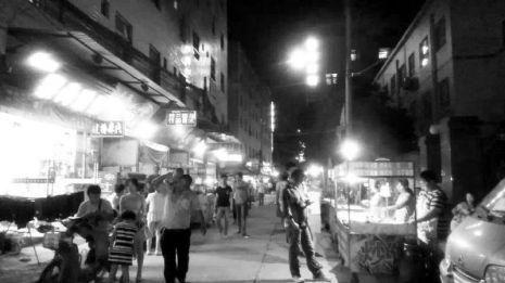 夜市经营者游走在监管边缘 小贩像街头游击队
