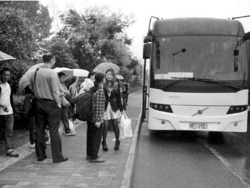 """开往汉中的长途班车出站不到5分钟就""""抛锚"""",雨中苦等一个多小时派来的换乘班车却又多处漏水。9月1日上午,45名乘客体验了一回现实版的""""人在囧途""""。"""