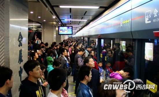 西安地铁应对中秋客流高峰 预制15万多张单程票