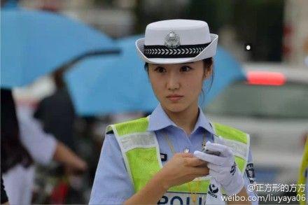 """2014环中赛现""""最美女交警"""" 网友:忍心违章吗(图)"""