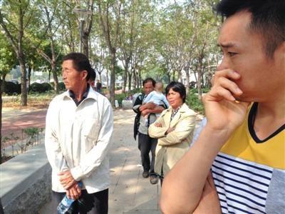 昨天,被害者刘艳杰的家人在法庭门口,一脸悲伤。