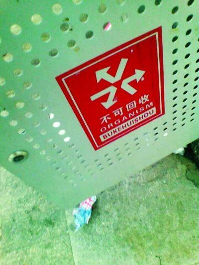 武汉街头英语标识被指错误频出 学生称不忍直视