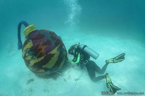 艺术家为水下雕塑穿针织衫 涉嫌破坏环境