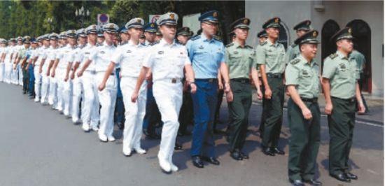 西南大学军训现陆海空3军教官 学生称太酷了