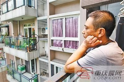 郭先生望着对面邻居家的蜂箱(图中画圈处)一筹莫展。本版图/重庆晨报记者 高科 摄