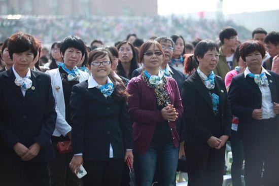 任芳说:任万钧董事长的致辞,全面准确地回顾了西京学院20年来的办学历程,高度概括了西京学院20年来的办学成就。在20年的艰辛办学历程中,西京人艰苦创业,取得了令世人尊敬的辉煌成就,形成了优良办学传统和无私奉献、报国为民、挑战极限、追求卓越的万钧精神,这是我们西京人的宝贵财富,我们要永远地继承和发扬,推动学校二次创业,努力实现南洋会议制定的建设高水平西京大学的宏伟目标。万钧精神奖,是学校的最高奖项。上述获奖者,是万钧精神的忠实践行者,他们爱校如家,爱岗敬业,无私奉献,勇于实践,为学校事