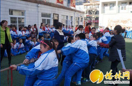 子洲县实验小学举行学生拔河比赛