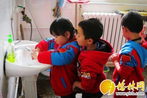 幼儿园将要吃午饭的小朋友们正在盥洗室内排队洗手