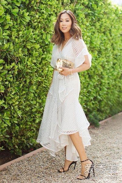 米色毛衣搭配白色长裙