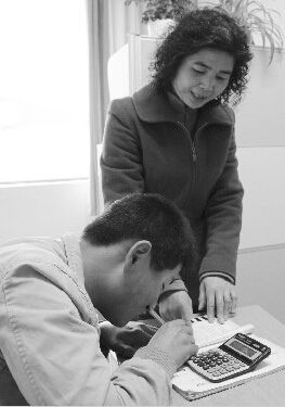 倪娅娅辅导学生作业.