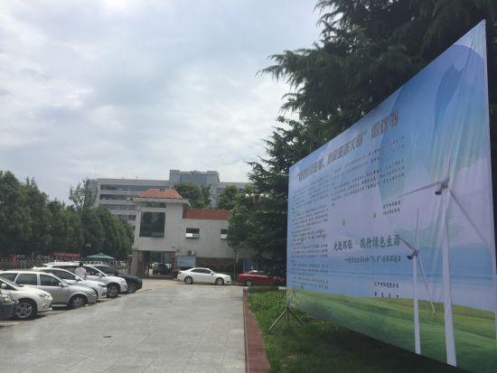 """位于汉中市政府门口的""""倡议书""""宣传展板"""