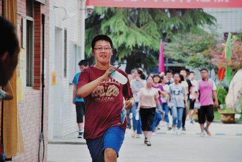 位于西安市兴庆路交大附中考点门口,考生家长李女士引起了人们的注意。