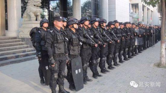 延安市公安局宝塔分局特警大队前身系分局巡特警二大队,于2014年9月17日顺利完成向特警业务转型的工作,2015年9月18日正式更名为特警大队。特警大队下设三个中队,分别为综合中队、特勤中队、反恐中队。现有在岗工作人员70人。   特警大队除10人为正式民警外,其他60人均为辅警。据小编了解,辅警工资有限,尤其是特警大队为保障快速准确出警,训练强度特别大尤为辛苦。许多队员之所以选择留在特警大队都源于军人情结。特警大队的队员基本都是90后,他们和大多数年轻人一样喜欢电竞、爱听流行歌曲,脱下警服走在街上