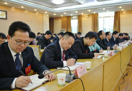 汉中市人大市政府领导集中听取各代表团审议意见