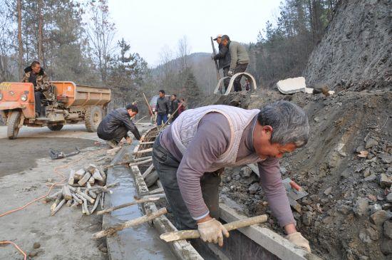 五岭观花线沿线的路边沟渠正在加紧修建