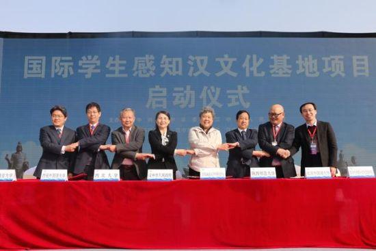 国际学生感知汉文化基地项目正式启动市委常委、副市长谢京帅代表汉中市与部分高校签订了项目合作框架协议