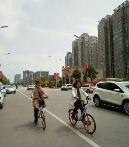 市环保局干部职工率先领骑绿色单车