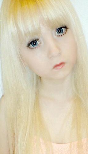 以下几个女孩十分喜欢芭比娃娃