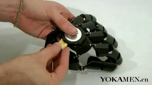 它的外形就像是未来派机械铠甲的一部分,按钮被设计在手指关节内侧