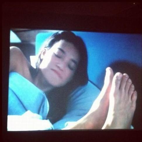 女星舒淇七夕晒暧昧床照 床边出现男人大脚