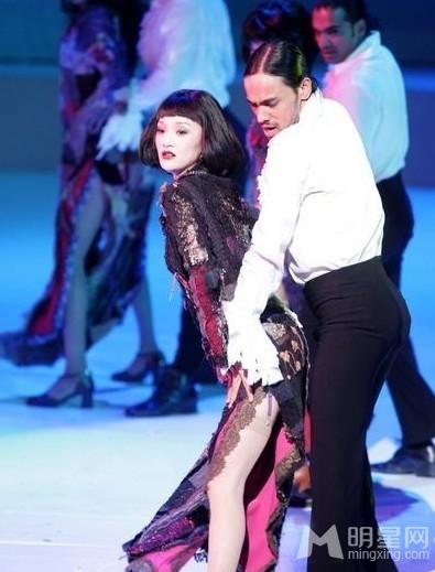 周迅昔日变身舞娘 同老外台上激情艳舞