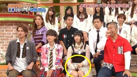 """日本女子组合""""HKT48""""节目现场撩裙自摸"""