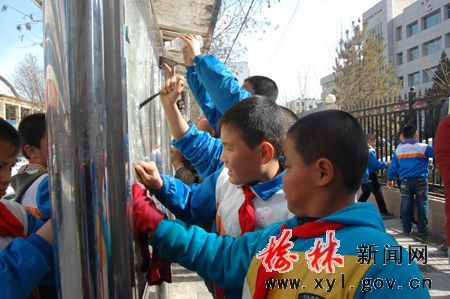 子洲1000余名小学生学雷锋走上街头清洁卫生