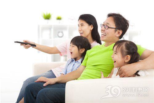亲子 孩子 父亲 母亲 一家人 看电视 遥控器_21706696_xxl