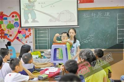 """""""""""小老师""""在黑板上一板一眼地写着,颇有些老师的风范."""
