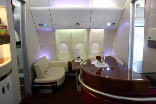 头等舱与商务舱的乘客也可以享受飞机上的空中酒廊,提供一些酒品与小