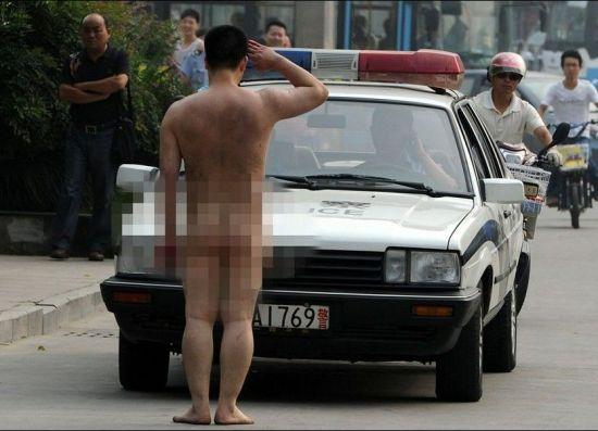 男子全裸砸20辆车