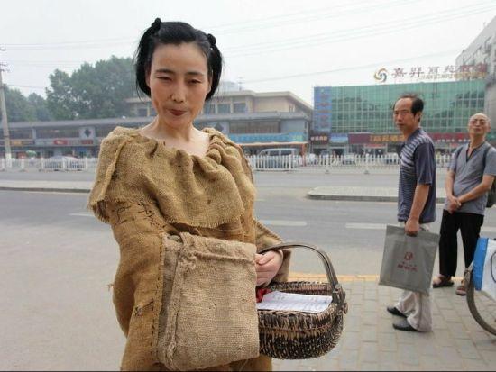 女子麻袋装上街